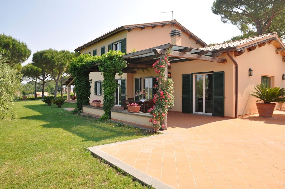 Vacation villa with pool near Rome