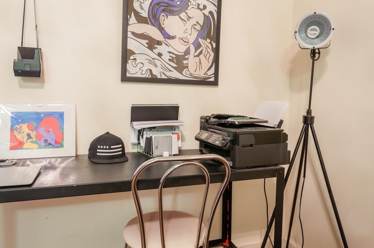 Free access to a Apple macbook laptop, wifi, printer, polaroid camera