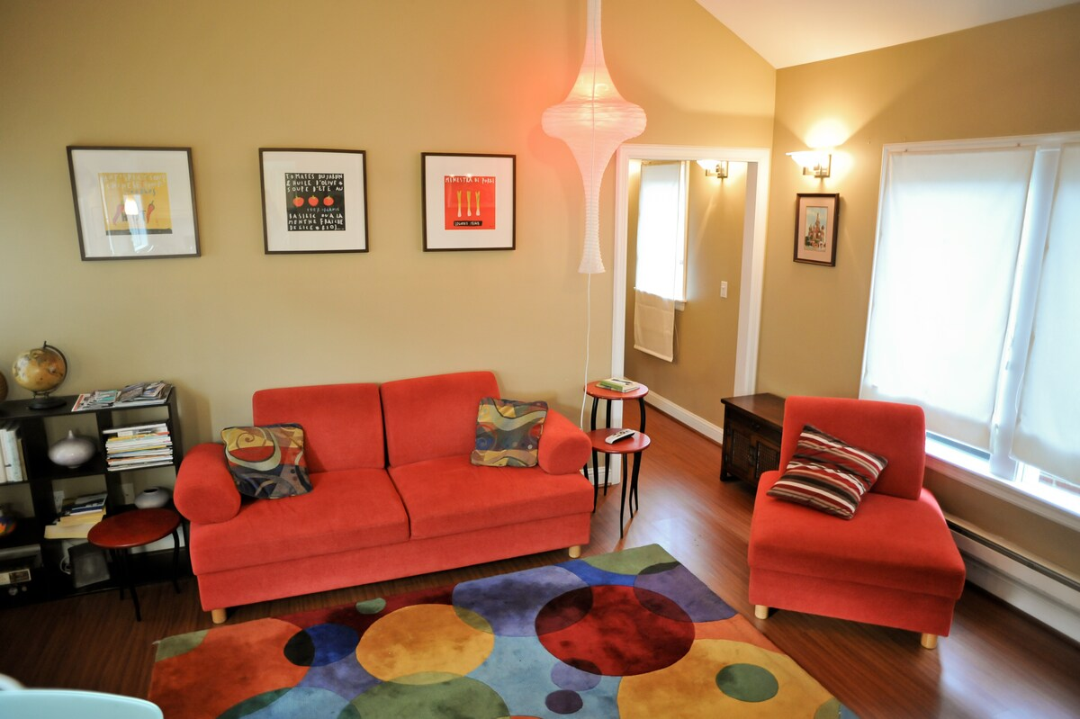 Retro, mod-inspired decor and furnishings in the living room