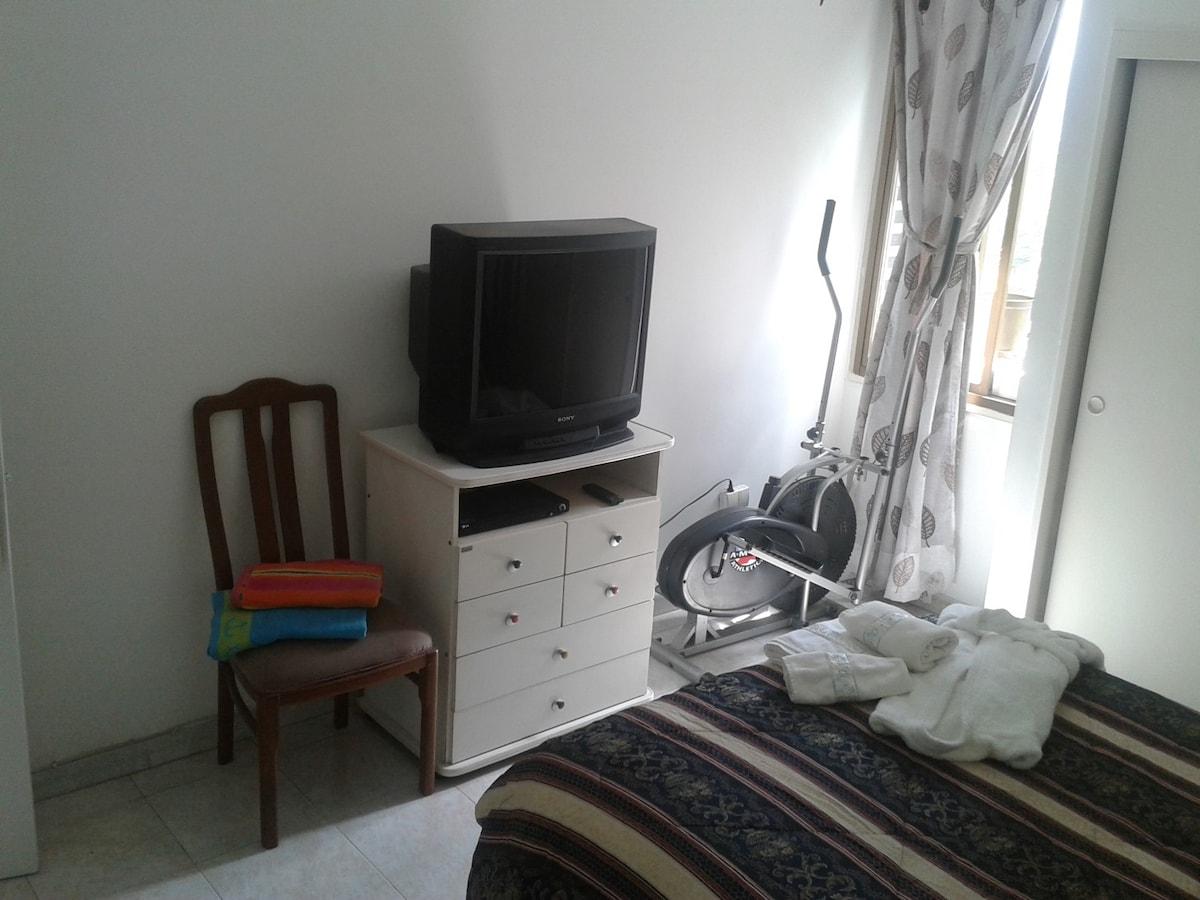 Tiene TV con DVD y Cable