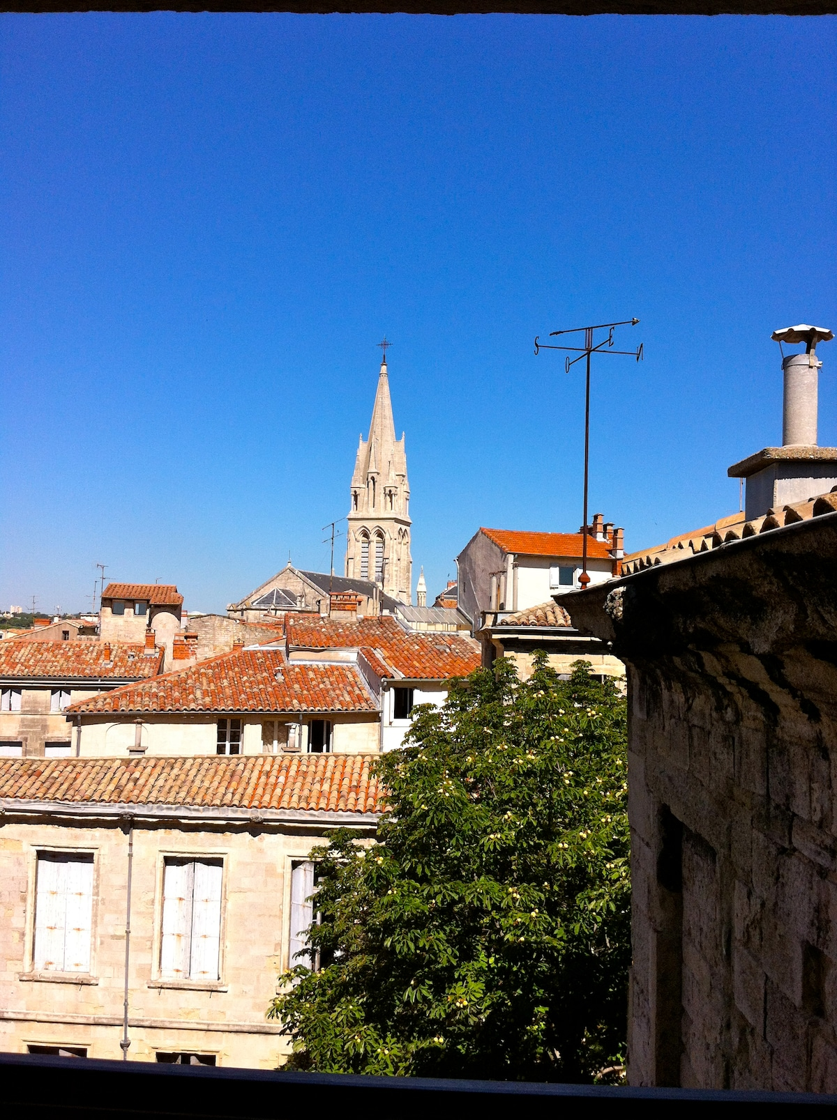 La vue panoramique de la cuisine sur les toits et clochers de Montpellier