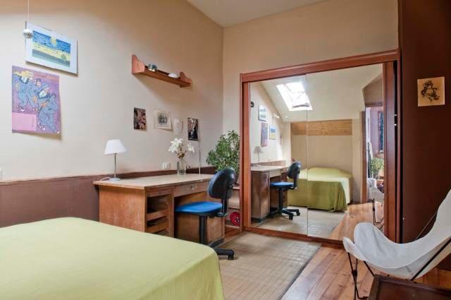Eines der Zimmer mit komfortabler Doppelmatratze.
