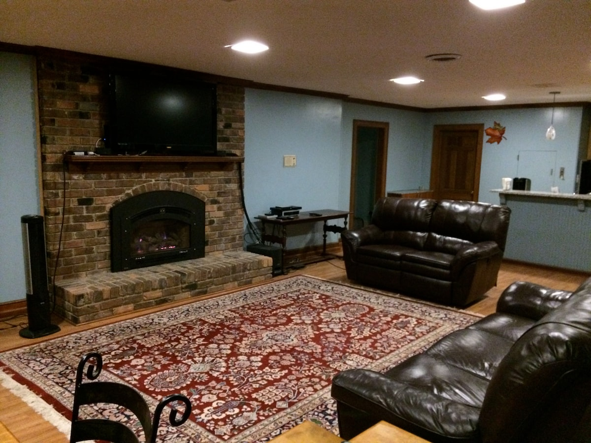 Reclining chairs, wide-screen tv, gas fireplace and more.