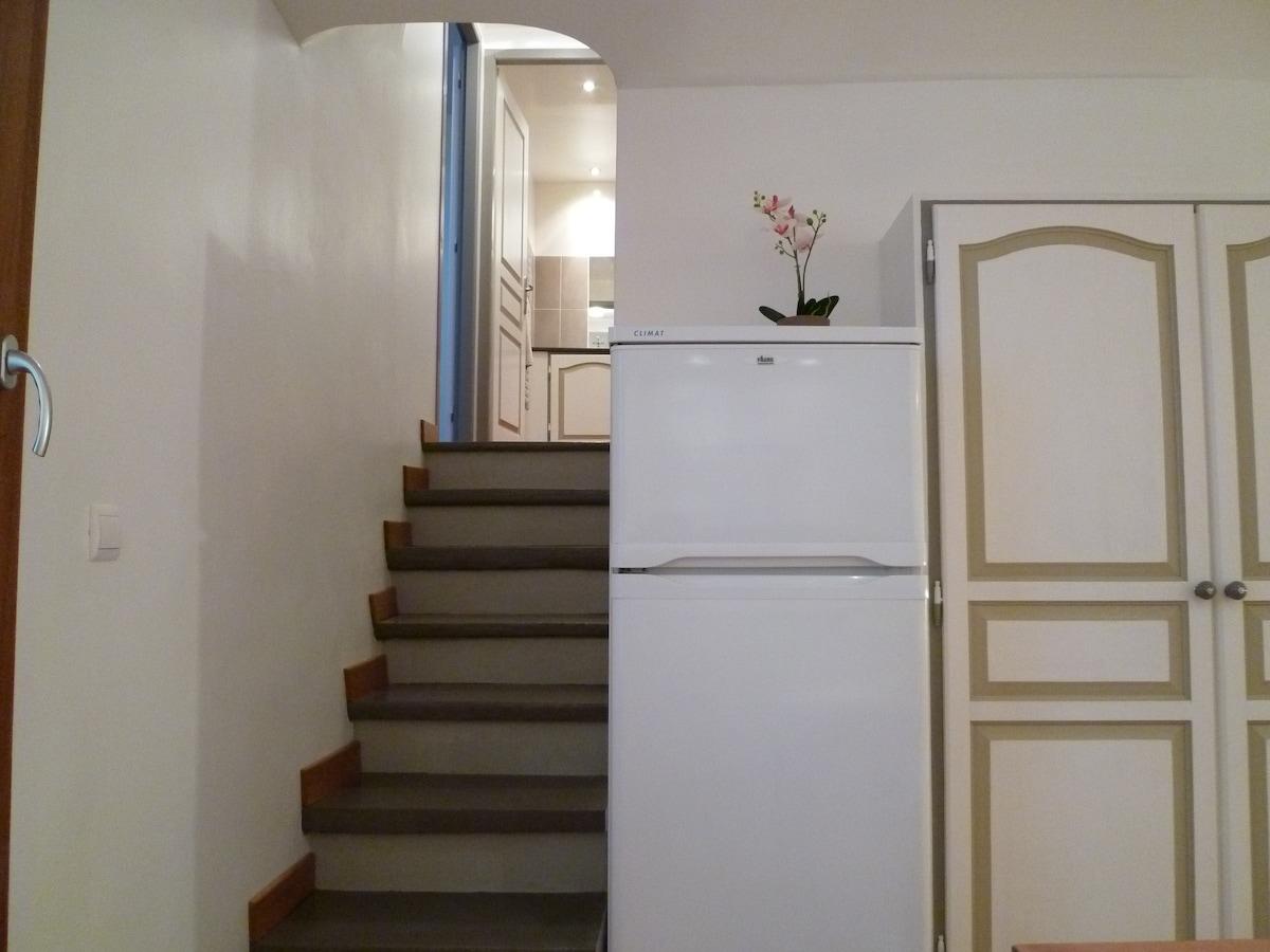 Un petit escalier vous amène à la salle de bain et la chambre, au calme sur l'arrière.