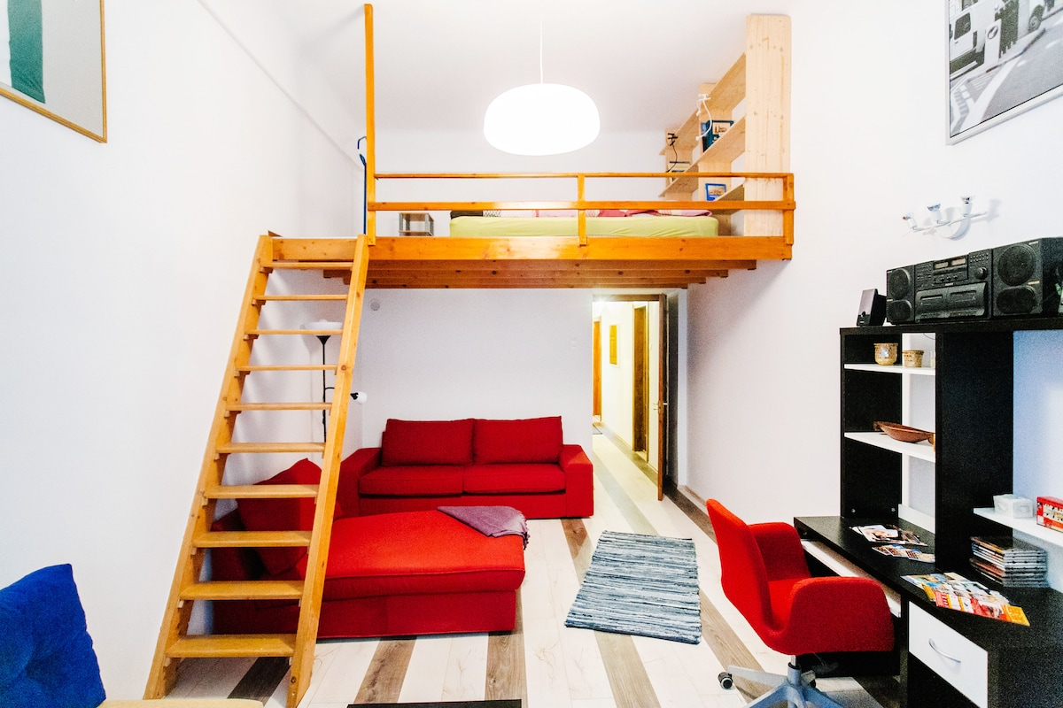 The red sofa turns into a single bed!