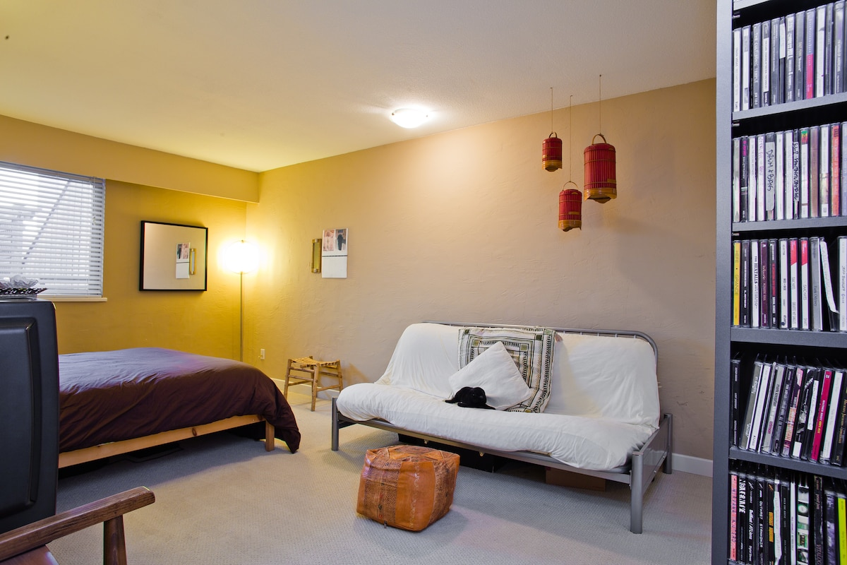 Cozy, private guest room, with futon, sleeps 4