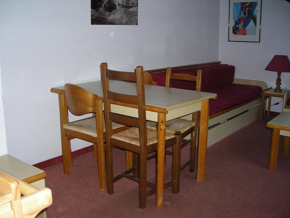 Séjour : table + canapé-lit 1 personne.