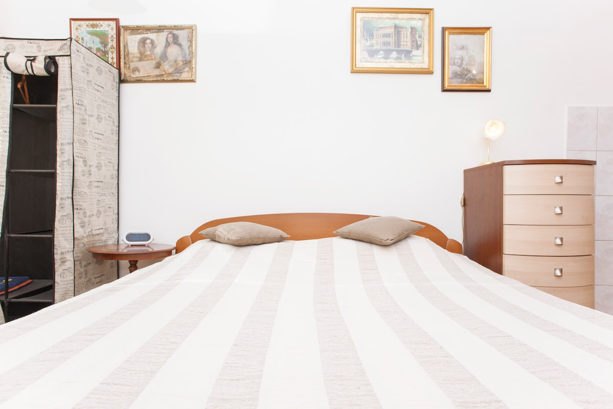 Studio - king size double bed