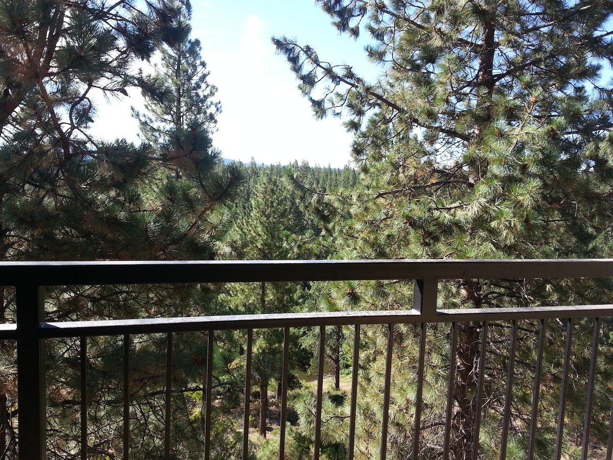 Private balcony with seating overlooking Deschutes National Forest