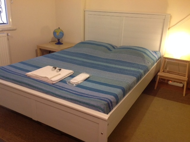 Spacious double room availabe close to airport.
