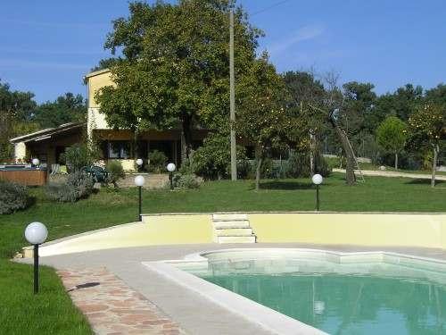 Casale panoramico con piscina
