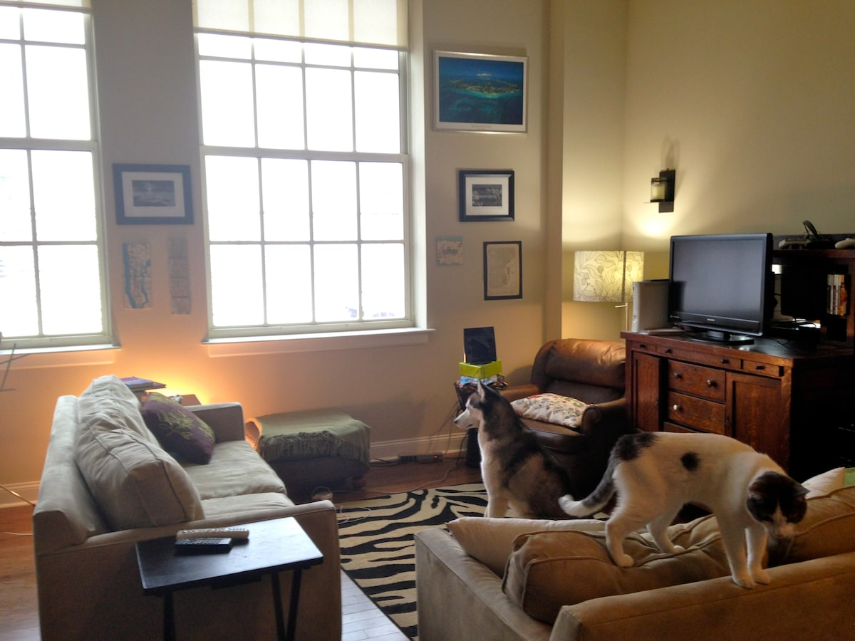Bring your furry friends and enjoy staying in a gorgeous historical neighborhood, with world class dining a block away.