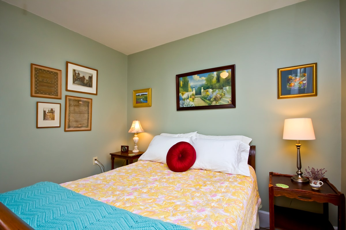 Winthrop Bay Room - cozy and inviting