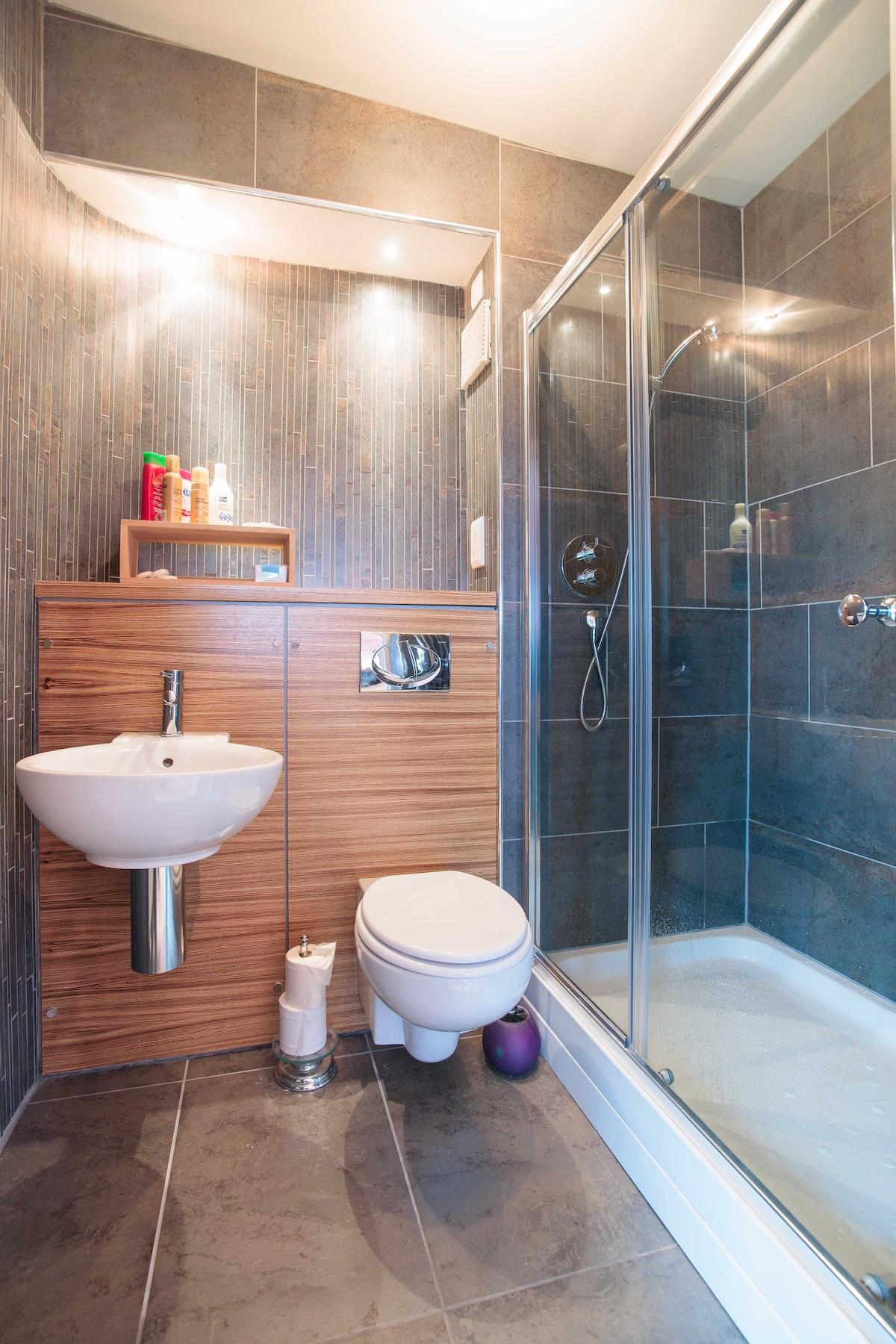 Shower en-suite in master bedroom