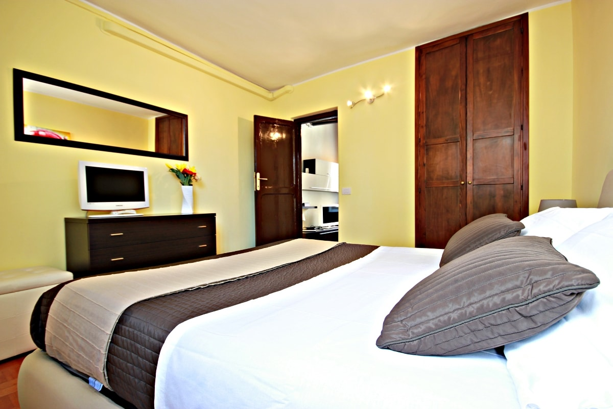 Bedroom with wardrobe - TV - DVD player