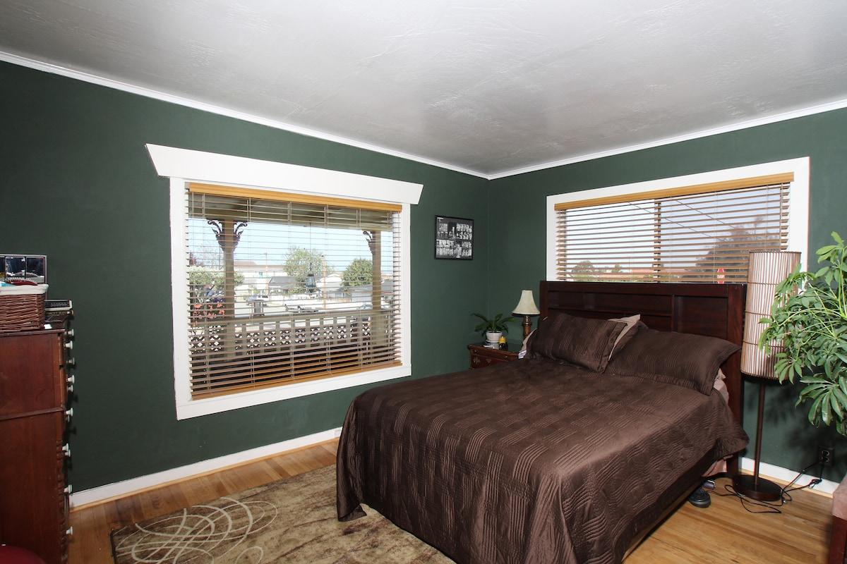 Master Bedroom - Peak of the Bay