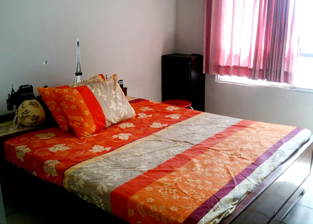 """Queen Bed and Air Conditioner, 32"""" LCD TV + DVD Player - with nice city view from 16th Floor"""