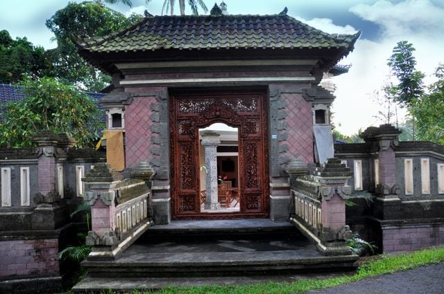 Be greeted and feel welcomed home by our friendly Balinese staff and enter your home away from home through a solid hand carved Balinese wood entry way.