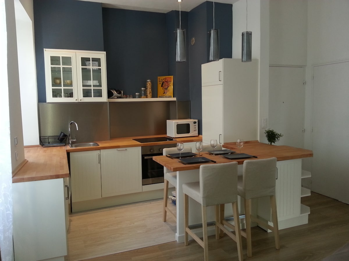 Open space for the kitchen and living room Espace cuisine convivial ouvert sur salon