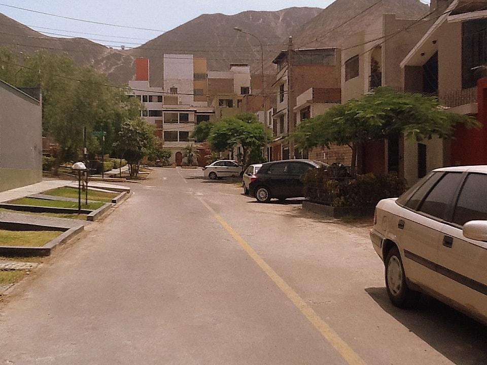 Linda calle con árboles y rodeada de cerros / The street