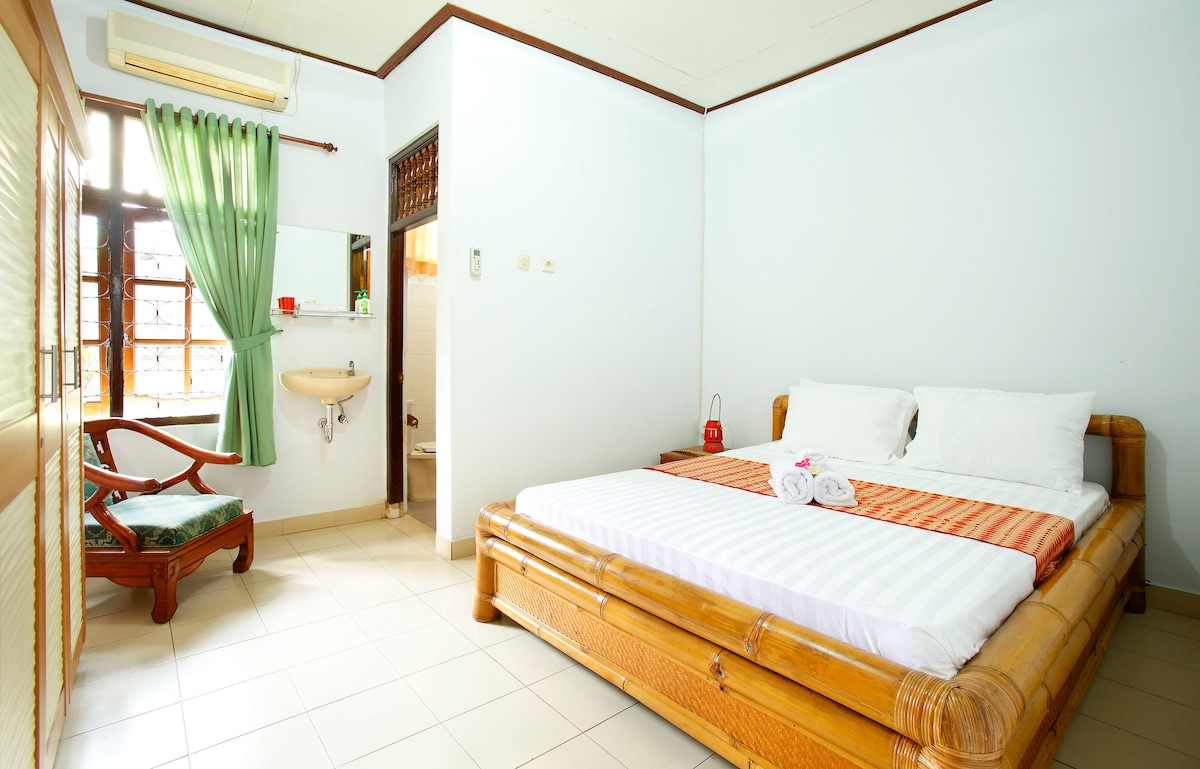 queen size bedroom with ensuite and robe