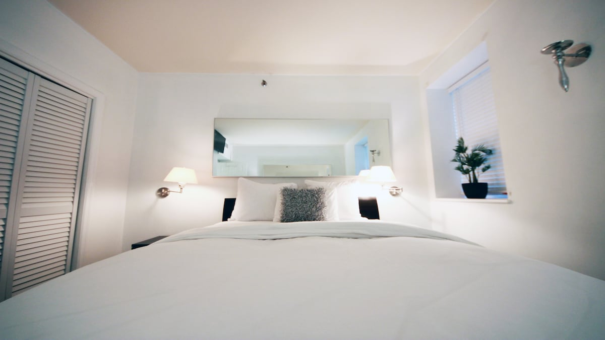 Comfortable beds with memory foam, down comforters and high-frette European duvet sheets.