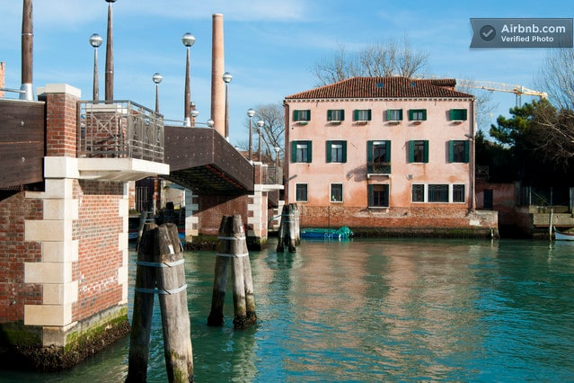 AL CANAL is located at the GROUND FLOOR of this VENETIAN HOUSE facing the canal