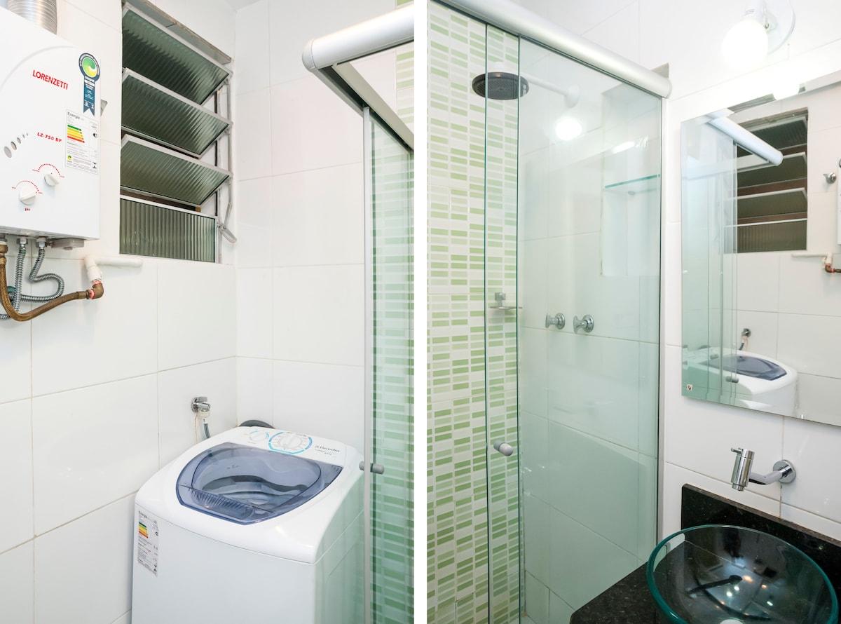 Moderno banheiro com água quente automática e máquina de lavar roupas./  Nice bathroom with automatic hot water including washing machine.