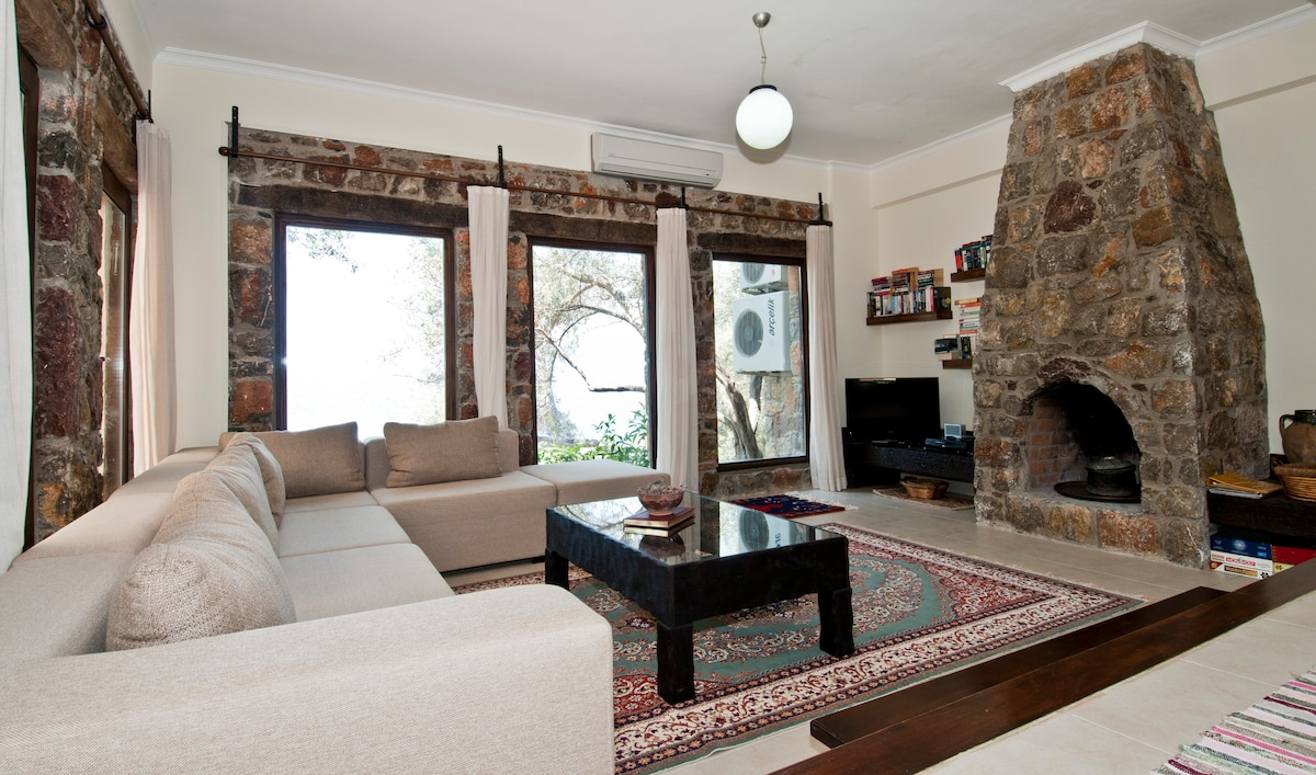 Lounge with TV, DVD, WiFi, board games/puzzles, air-con