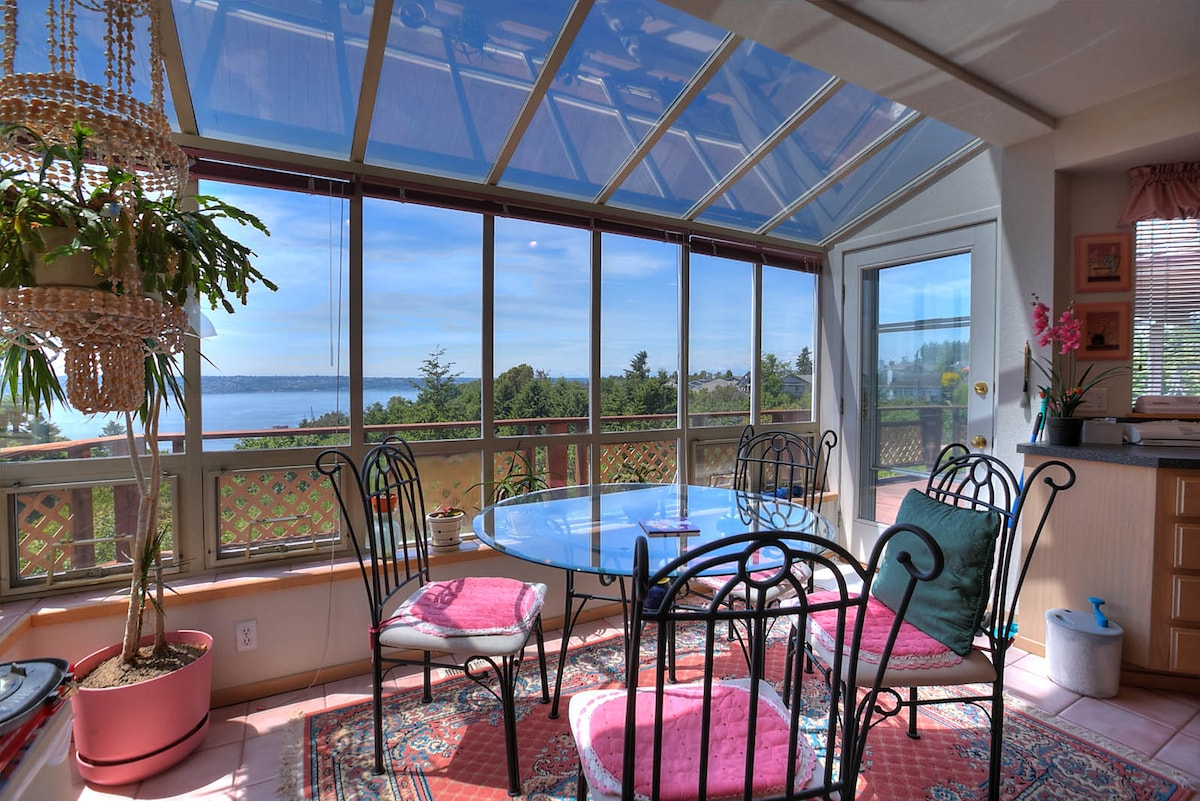 Gorgeous sun-nook in kitchen to enjoy breakfast, your morning coffee and watch the sailboats.