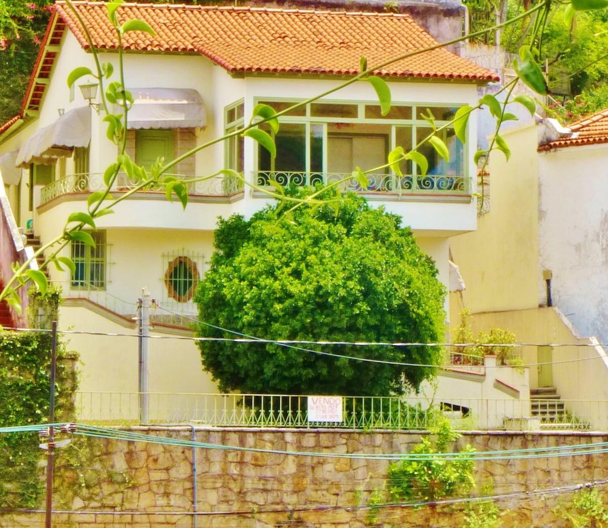 Vista frontal da casa (1 andar: Casa/Studio para hóspedes - 2 andar: casa anfitrião)