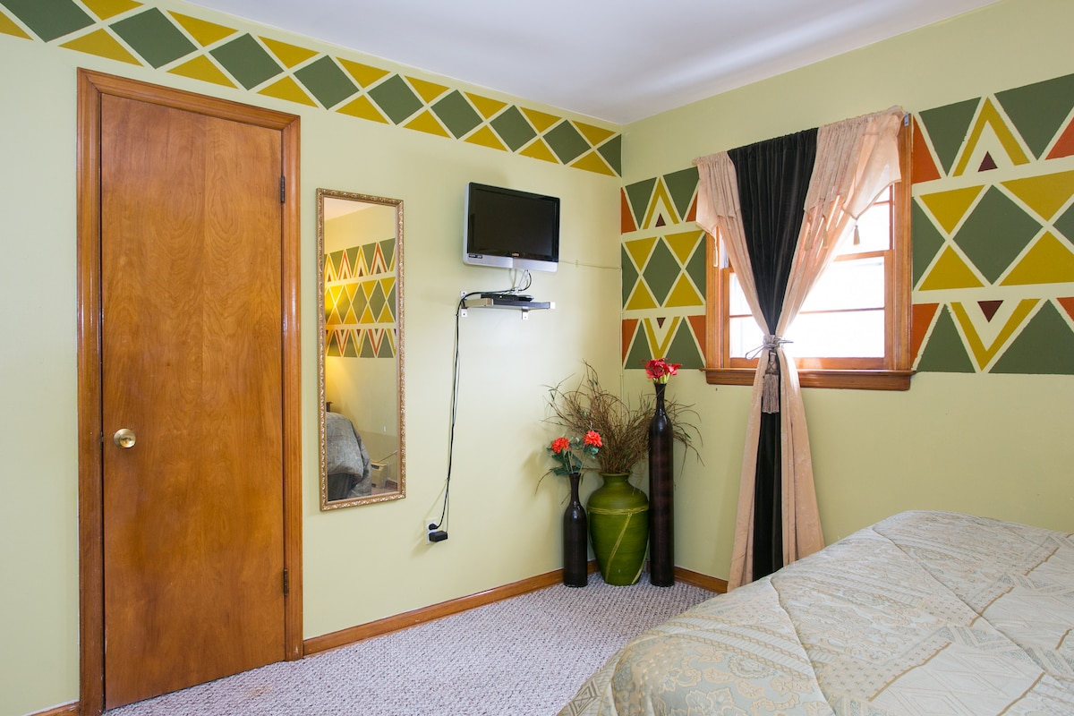 Musasa features a walk-in closet, LCD TV with digital cable; CD/Clock Radio and a view to our lovely backyard.