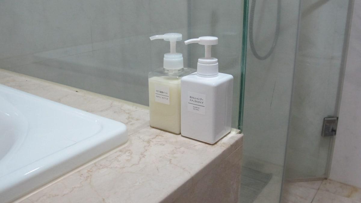 衛浴設備(淋浴間、浴缸、MUJI的沐浴乳及洗髮液)