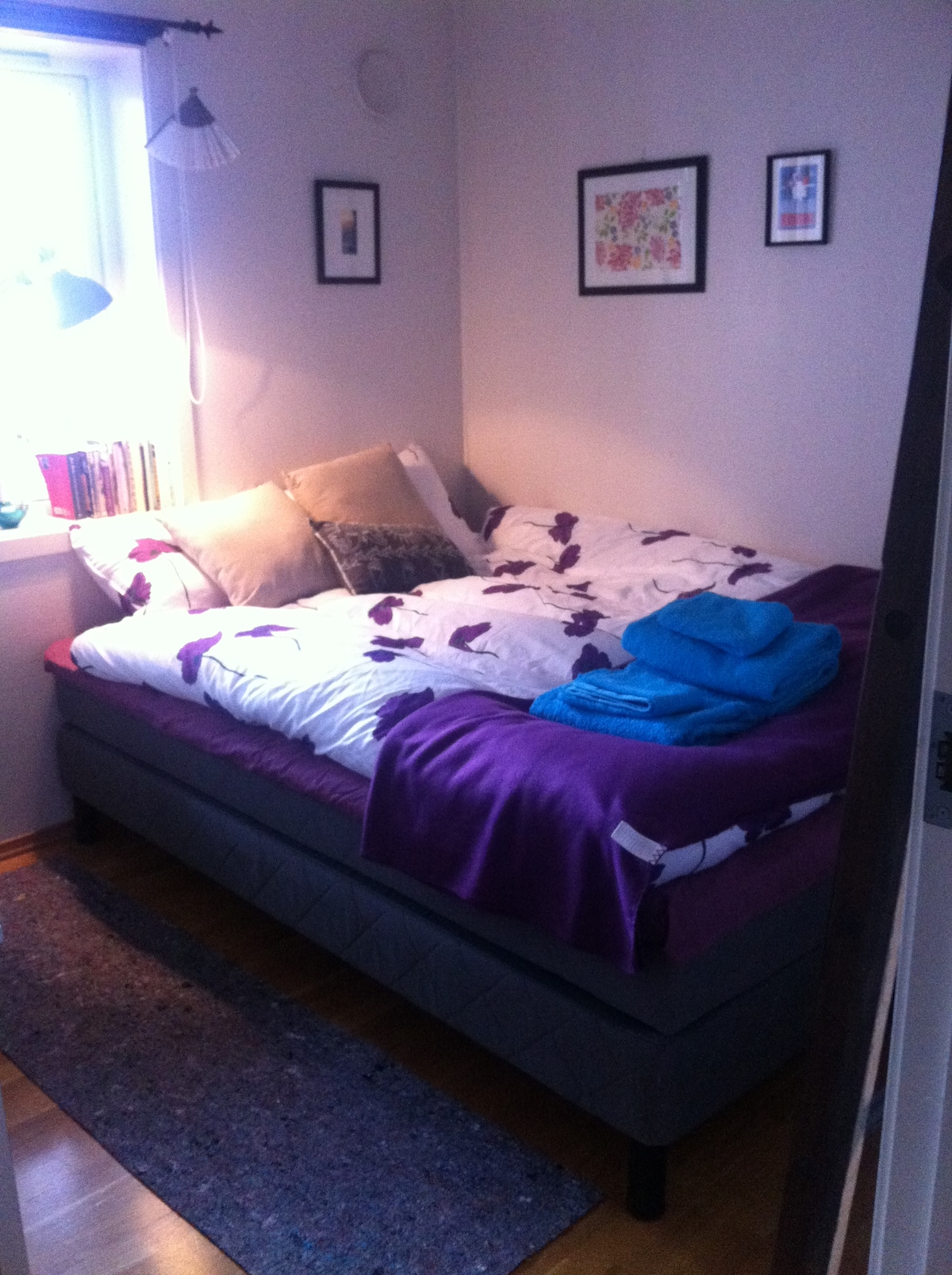 The room that is up for rent has new bed, 150 cm wide and is suitable for two It is possible to add a guest bed in addition to this if requested. (but it's not much space left then)