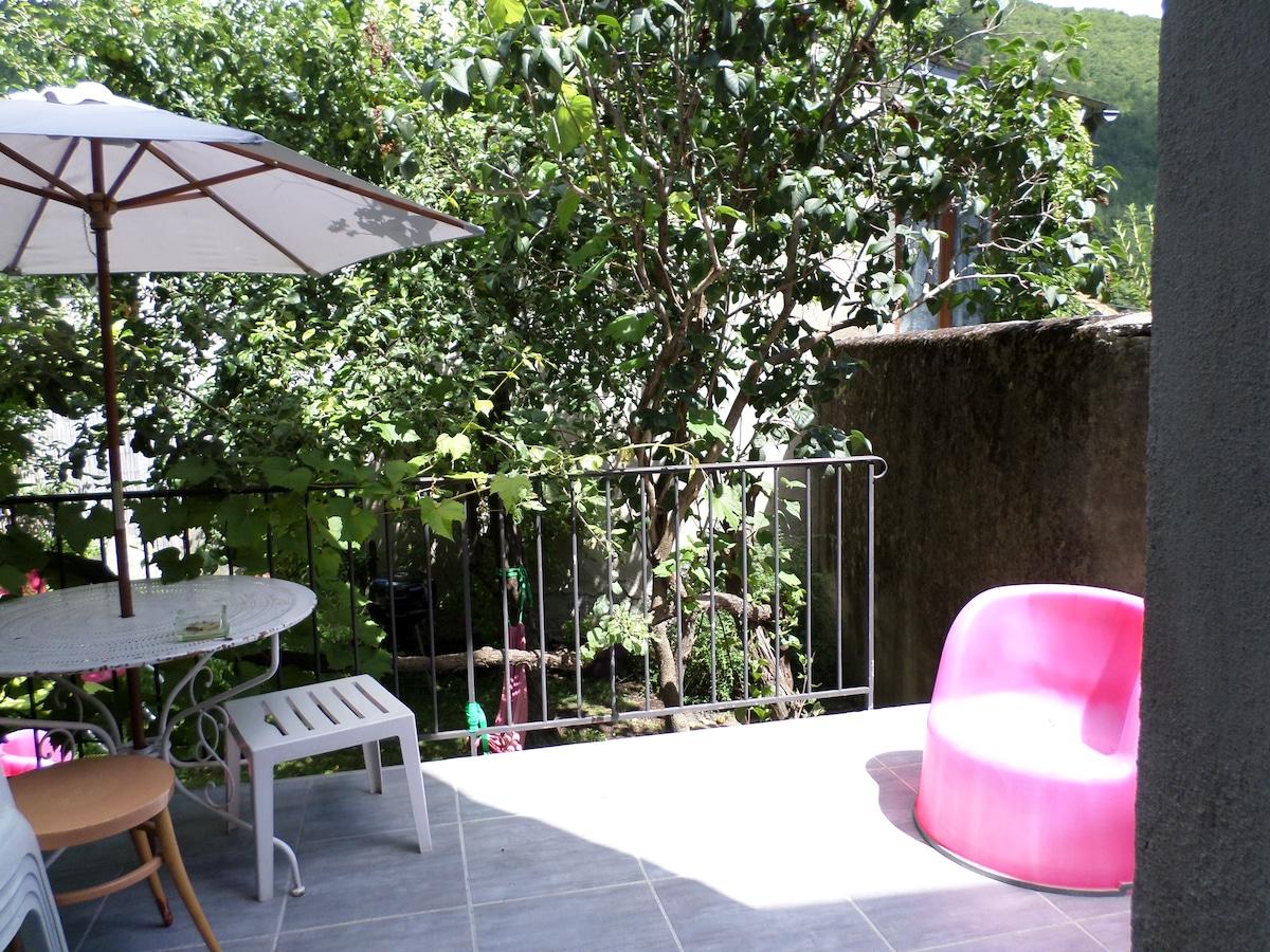 Terrasse ensoleillée donnant sur le jardin