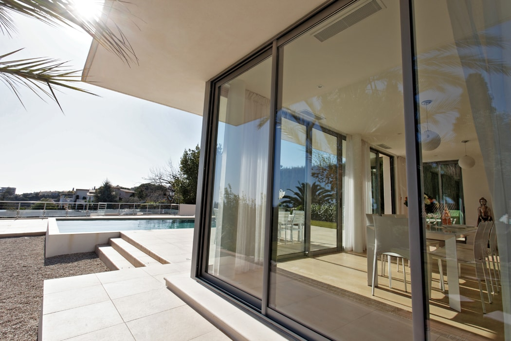 Glass walls, with sea view, pool and sun deck.