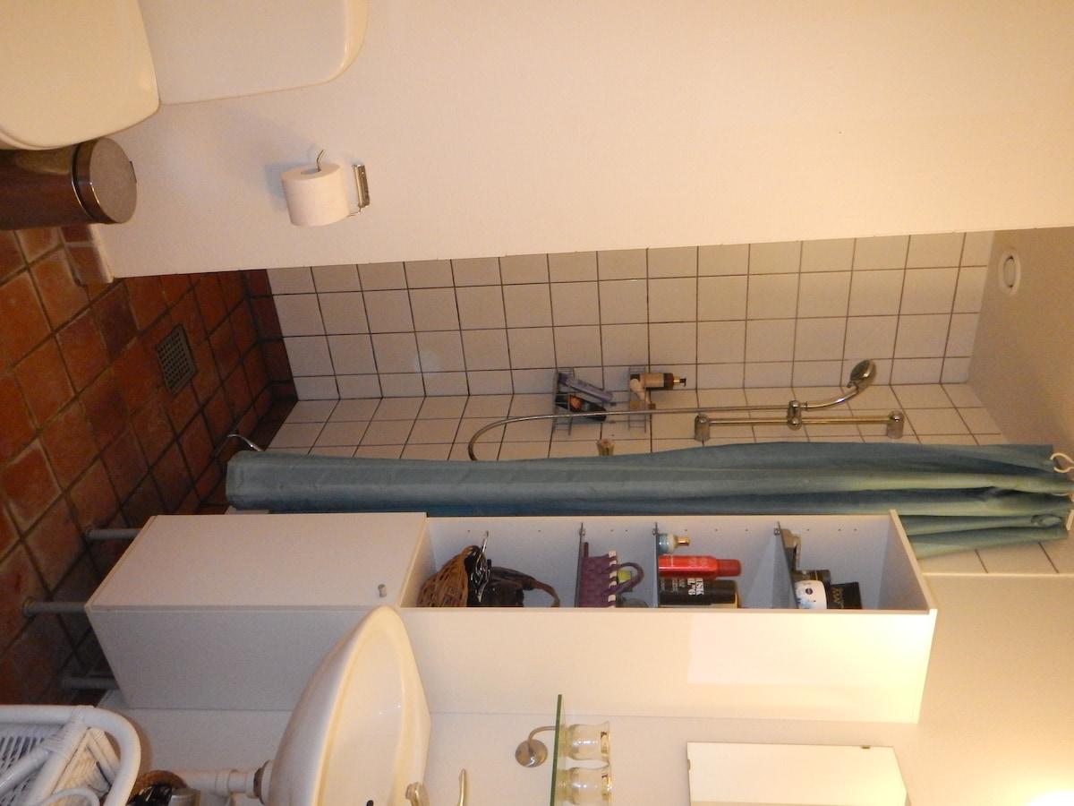 Nice and clean bathroom, plenty of room here too