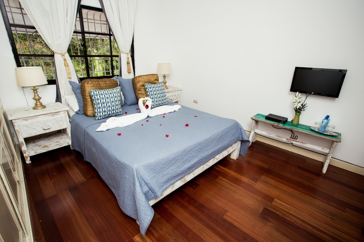 Room in old town colonial villa..!!