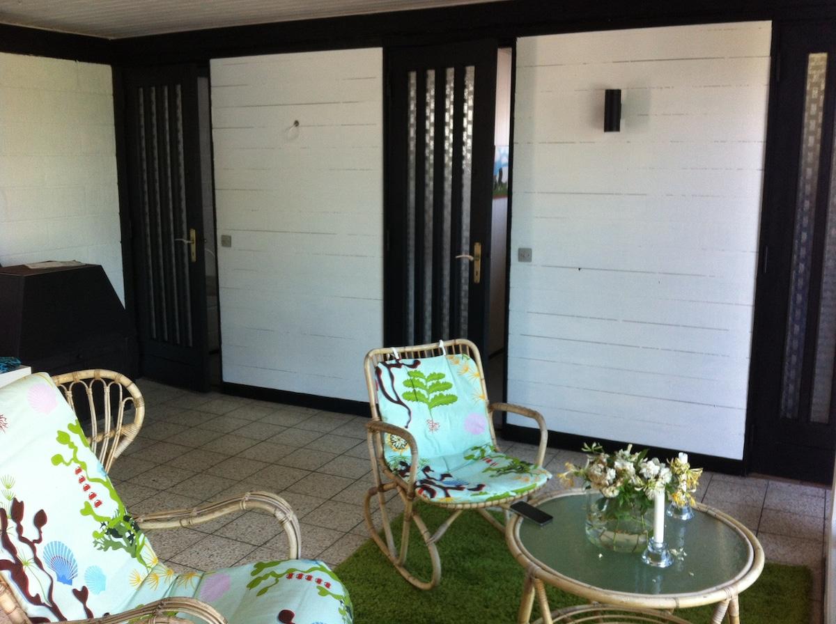 Vardagsrum med Dörrar till 3 sovrum och toalett m dusch . Braskamin