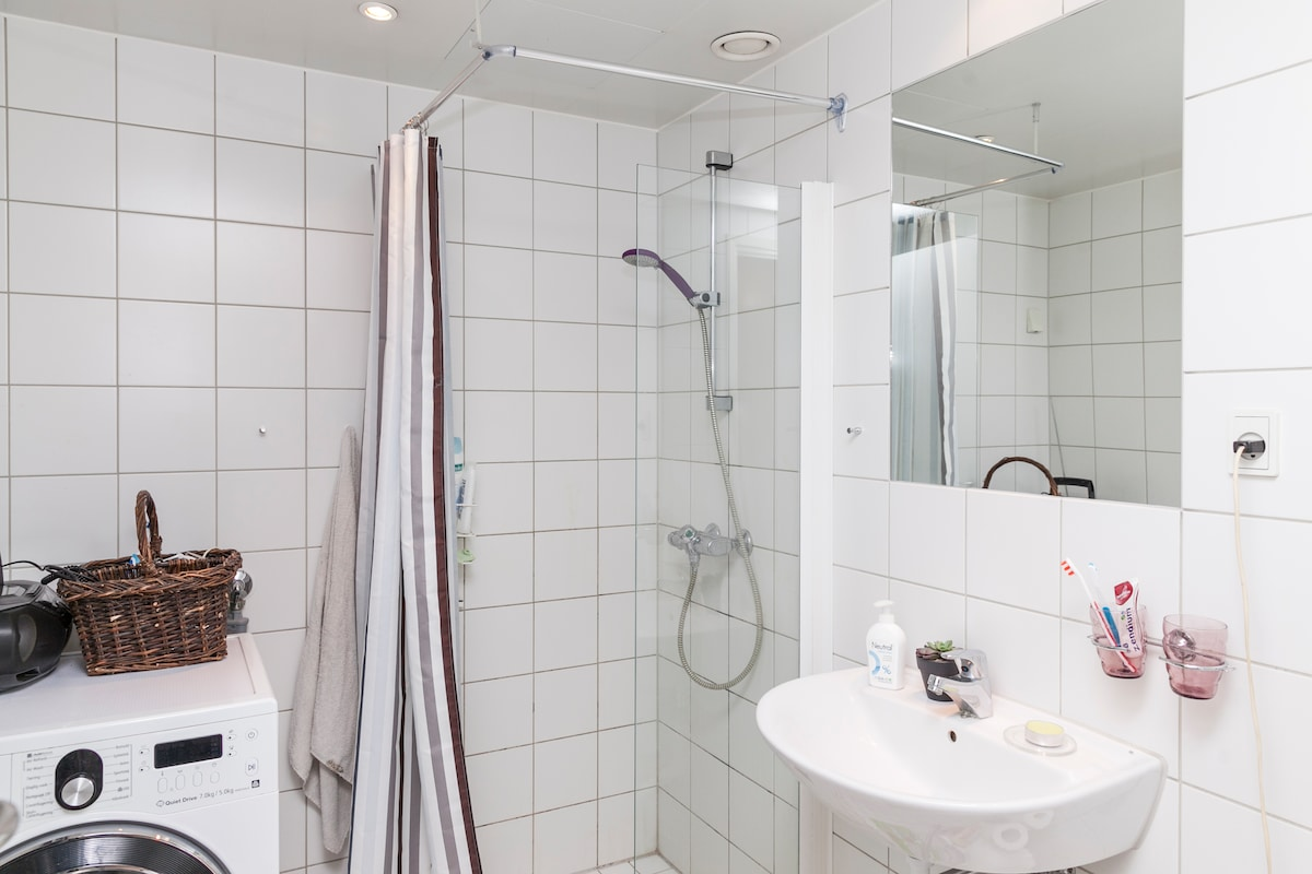 Separate shower cabinet, floor heating, and combined washing/drying maschine