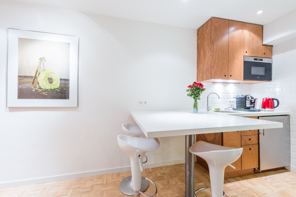 Dine and wine next to the kitchenette