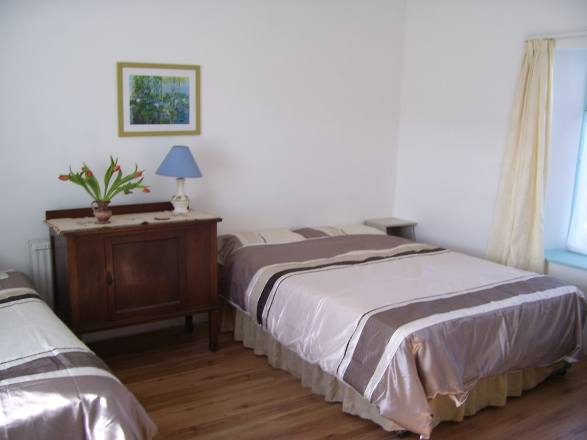 Family bedroom with double and single bed