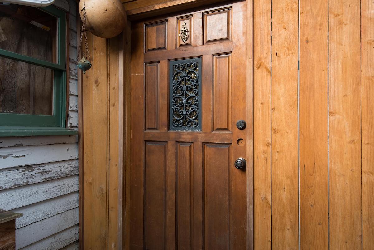 Private Urban Cedar Chalet/close-in
