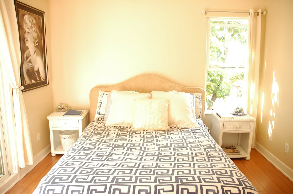 Very comfortable queen size bed with 100% cotton linens