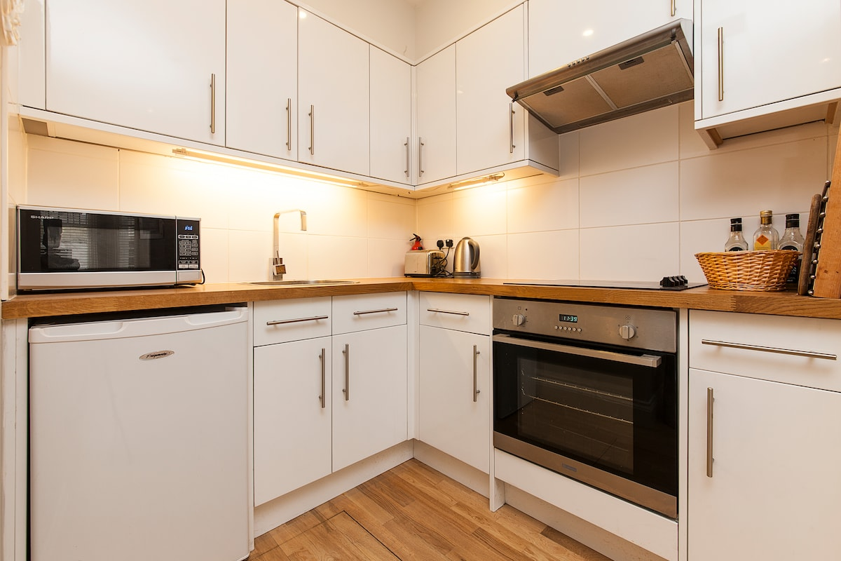 Very well equipped kitchen, hob, cooker, microwave, kettle, toaster and washing machine
