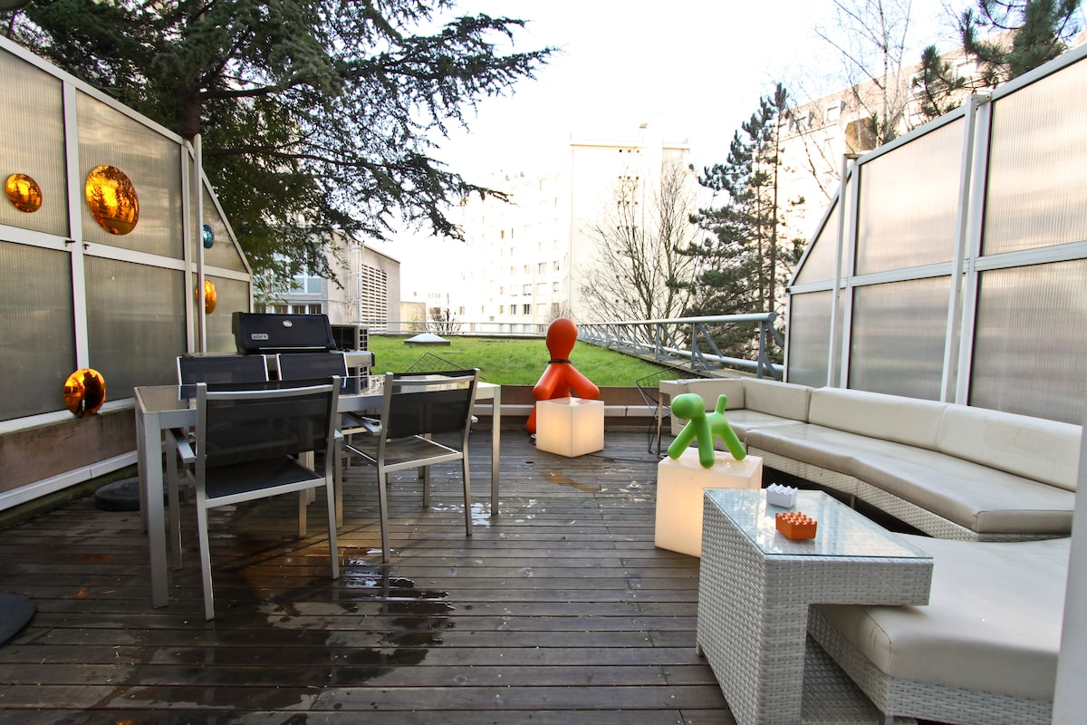 terrasse avec canapé, table à diner, bbq WEBER / terrace with couch, dining table, WEBER bbq