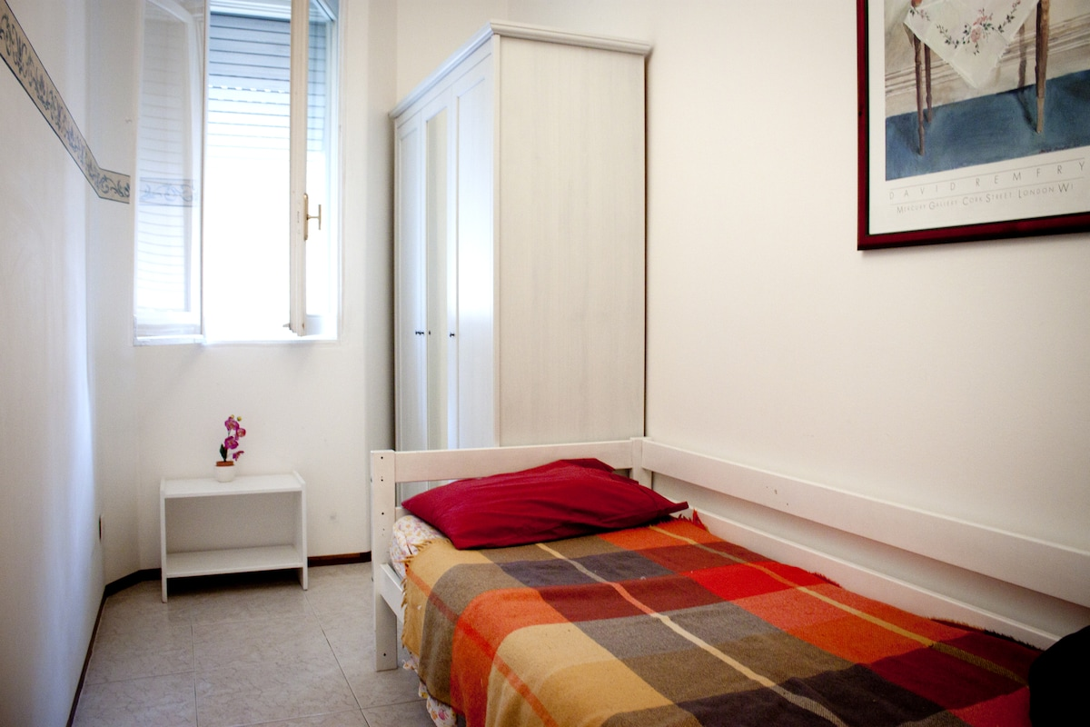 La stanza arredata e la sua finestra