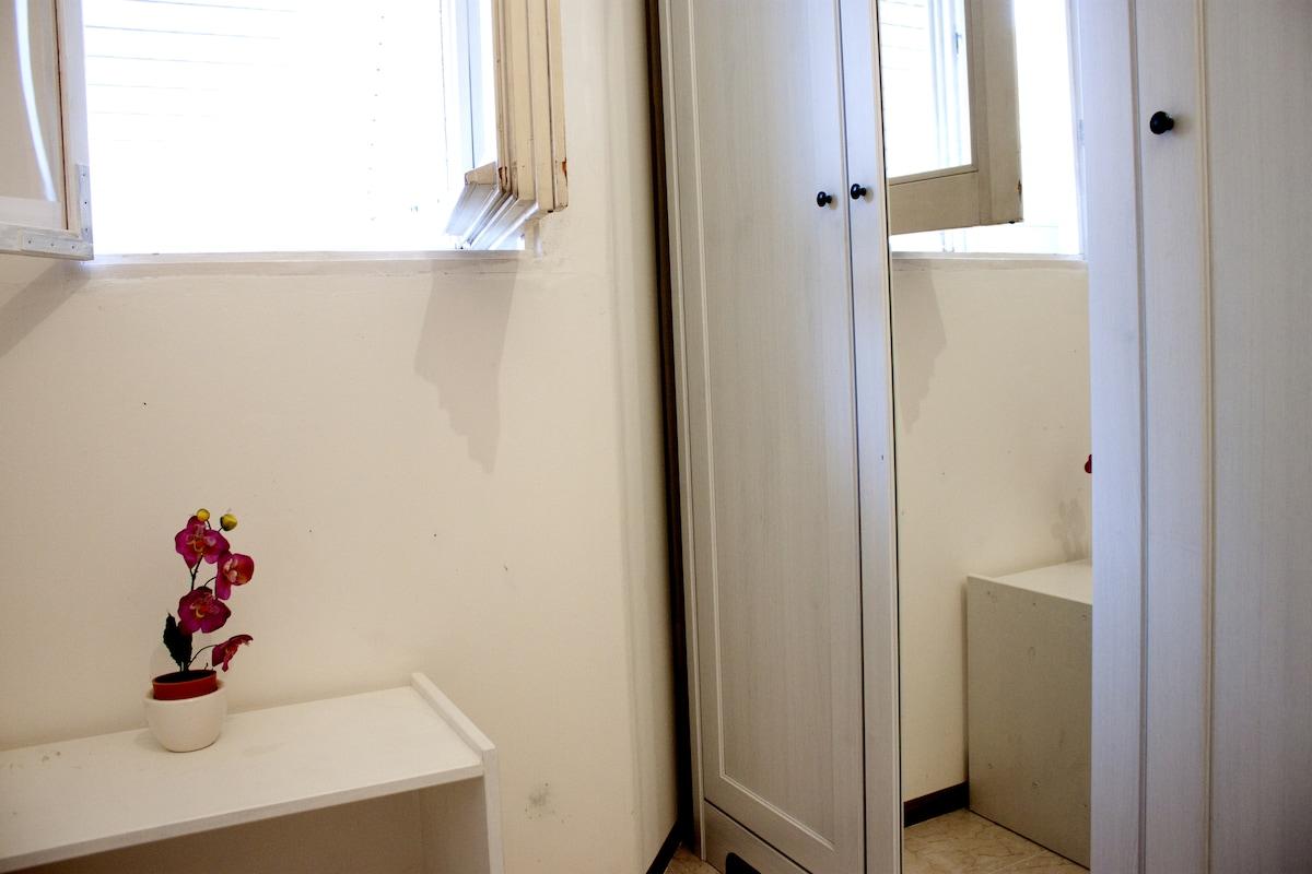 un particolare dell'armadio nella stanza
