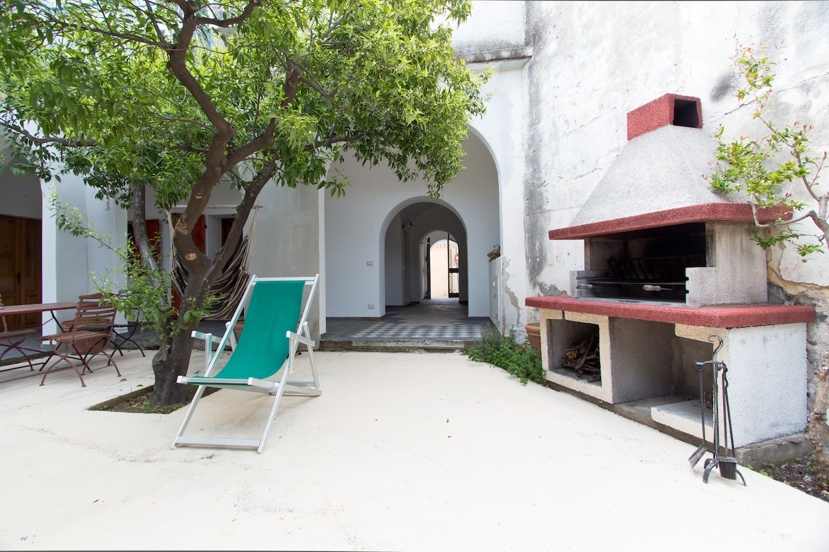 A view of the courtyard with the bbq and the entrance of the apartment