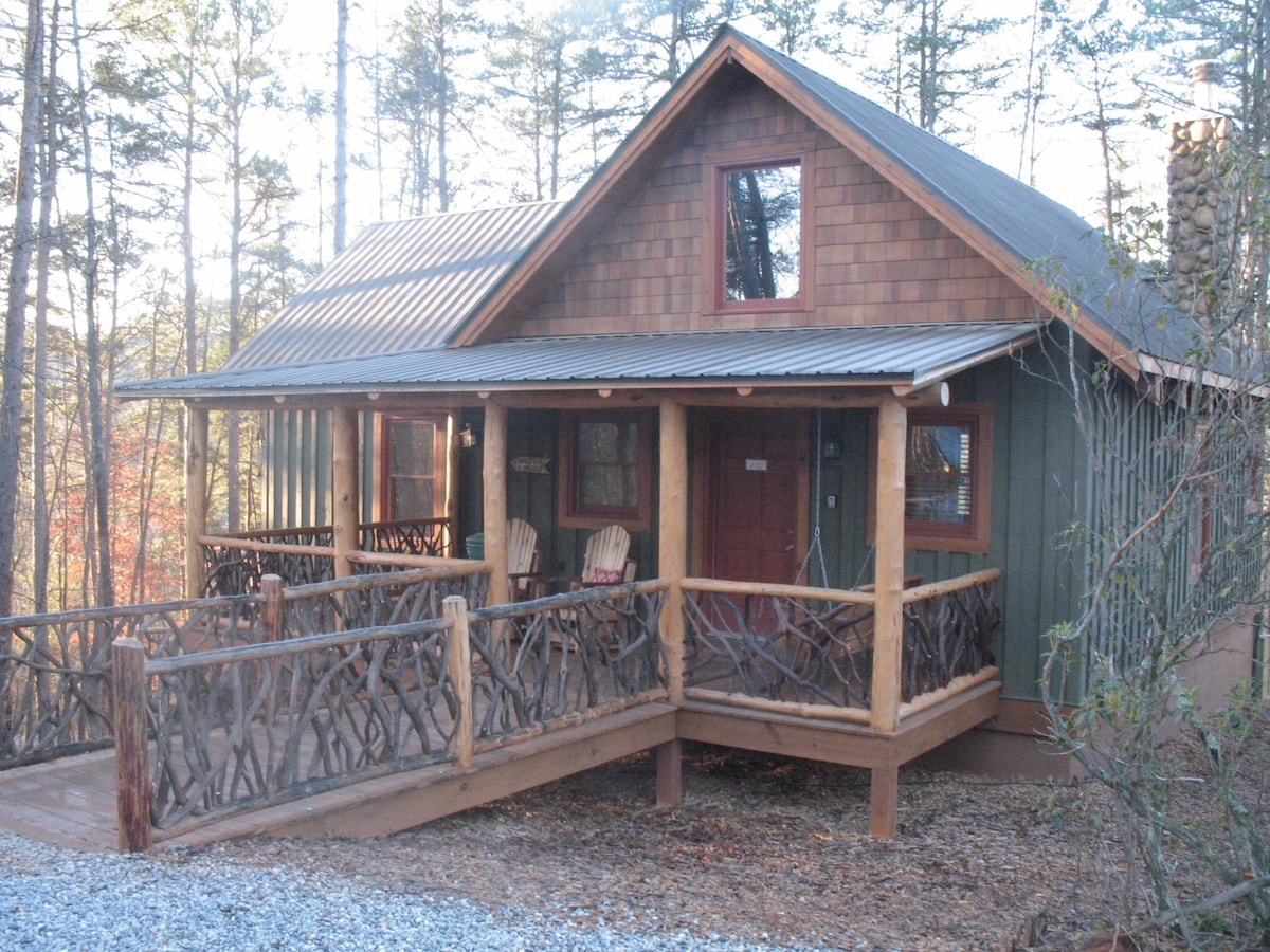 A cozy and clean Adirondack style cabin